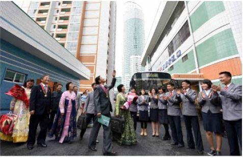 북한이 김일성생일 105주년을 맞아 야심차게 추진했던 여명거리에서 아파트 입주가 시작되었다. 대학생들이 여명거리 아파트에 입주하는 김일성대 교수들과 가족들을 축하하는 모습. [노동신문]
