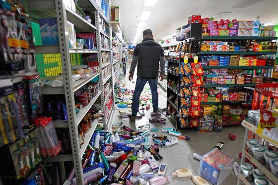 15일 오후 경북 포항 지역에 발생한 규모 5.4의 강진으로 흥해읍 한 마트의 상품들이 진열대에서 쏟아져내려 흩어져 있다. [프리랜서 공정식]