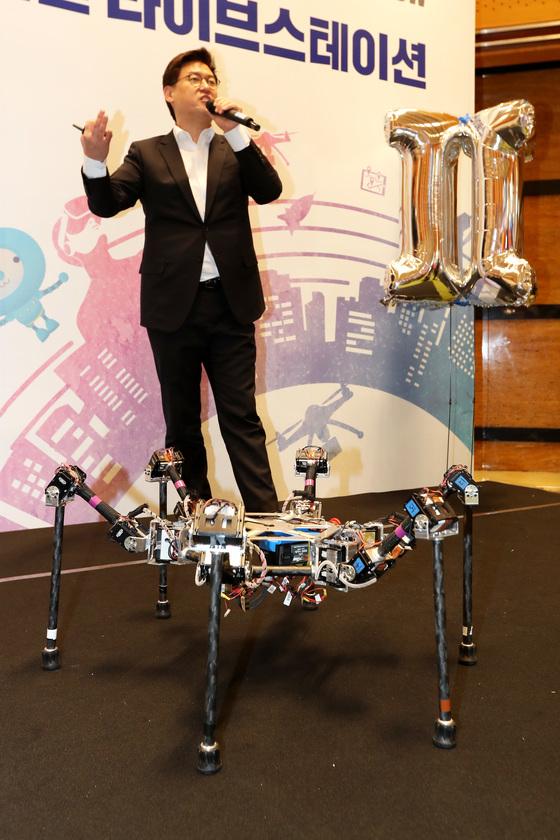 산업통산자원부가 주최하는 국내최대규모 산업기술전시회 '2017 산업기술 R&D대전'이 18일 까지 서울 삼성동 코엑스에서 열린다. 로봇공학자 데니스홍 교수가 로봇 시연을 하고 있다. 장진영 기자