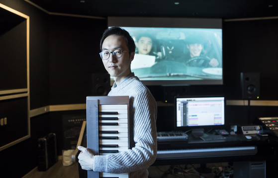 """자신의 작업실에서 영화 음악의 제작 과정에 대해 설명하는 작곡가 이지수. 그는 '영화를 처음 볼 사람들의 감정을 정확히 예측하고 쫓아가야 한다""""고 말했다. [권혁재 사진전문기자]"""