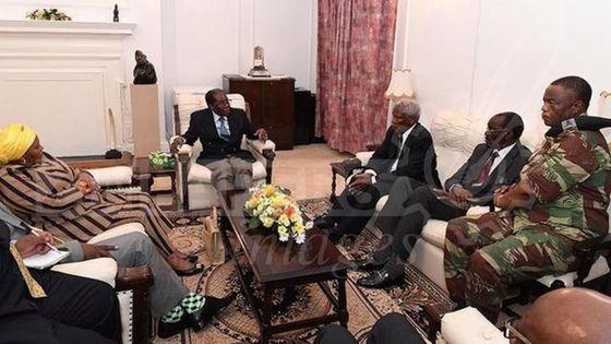 16일(현지시간) 짐바브웨의 친정부 언론 '헤럴드'가 공개한 로버트 무가베 대통령의 근황 사진. 자택 연금 중인 무가베 대통령(가운데)가 쿠데타를 주도한 치웬가 장군 등 관계자들과 정국 수습을 논의하는 장면으로 알려졌다. [사진 BBC재인용]