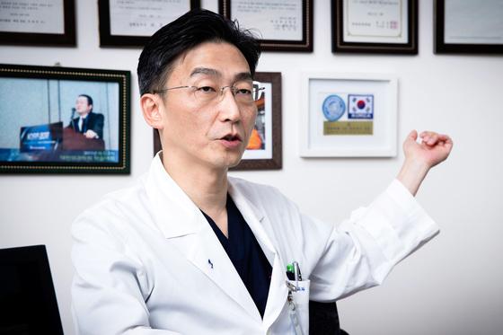 지난 15일 귀순 북한군 병사의 2차 수술 뒤 중앙일보와 인터뷰를 가진 이국종 교수. [장진영 기자]