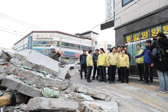 김현미 국토교통부 장관이 17일 오후 경북 포항을 방문해 지진 재해현장을 둘러보고 있다. [사진 국토교통부]