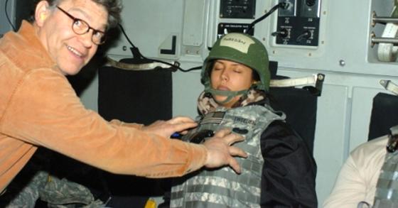 현직 상원의원인 앨 프랭컨(左)이 잠든 리앤 트위든이 가슴에 손을 얹고 미소를 지으며 사진을 찍었다. 이는 2006년에 찍은 사진으로 프랭컨 의원은 당시 유명 코미디언으로 원내 입성 전이었고, 트위든은 모델로 방송활동 중이었다. [사진 KABC 홈페이지 캡처]