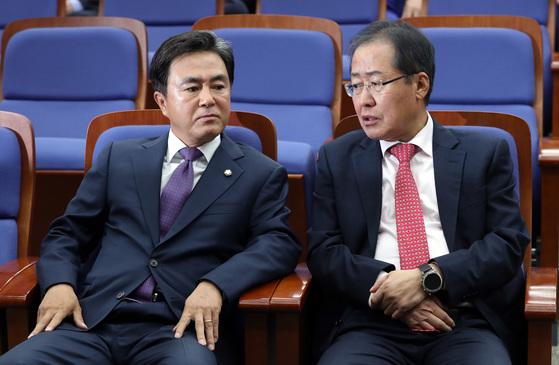 13일 오후 국회에서 열린 자유한국당 의원총회에 바른정당을 탈당하고 재입당한 의원들이 참석했다. 홍준표 대표가 김태흠 의원과 이야기하고 있다. 박종근 기자