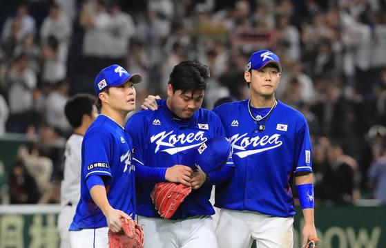 16일 오후 일본 도쿄돔에서 열린 아시아프로야구챔피언십(APBC) 한국과 일본의 경기. 10회말 2사 2루에서 끝내기 안타를 허용한 이민호가 고개를 떨구고 있는 가운데 하주석(오른쪽)이 위로하고 있다. [연합뉴스]