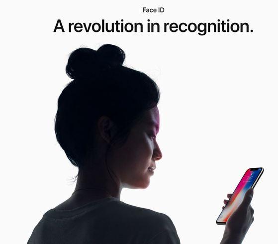 아이폰X의 얼굴 인식 기능 '페이스ID'에 대한 오작동 논란이 계속되고 있다. 국내 대부분의 시중 은행들은 모바일 뱅킹에서 페이스ID 기능을 제한하기로 했다. [사진 애플]