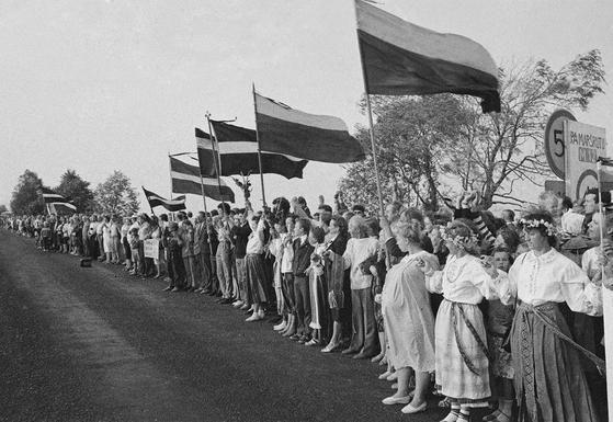 1989년 탈린과 리가, 빌뉴스로 이어지는 발트 3국 시민 200만 명이 만든 '발틱의 길'