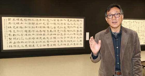 자신의 서예 전시전이 열리는 서울 예술의전당 서예관에서 전시된 작품을 설명하는 서예가 초민 박용설 선생. 김춘식 기자