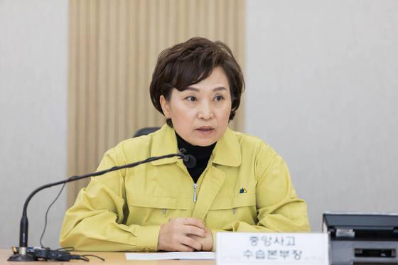 김현미 국토교통부 장관이 15일 오후 정부세종청사에 마련된 중앙사고수습본부를 찾아 포항 지진에 대한 피해 현황을 파악하고 있다. [국토교통부 제공=연합뉴스]