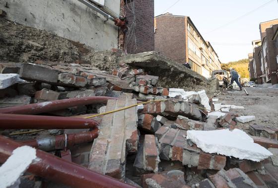 지진이 발생한지 하루가 지난 16일 오후 포항 북구에 위치한 한 다세대주택의 지진피해 모습. [연합뉴스]