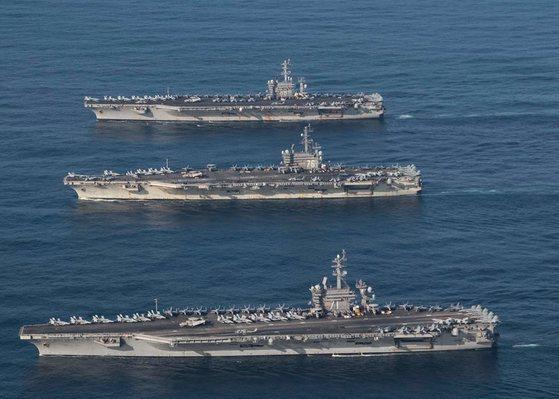 한미연합훈련 참가한 미 핵항모들   (서울=연합뉴스) 12일 미국의 핵 추진 항공모함 3척이 12일 동해상의 한국작전구역(KTO)에 모두 진입해 우리 해군 함정과 고강도 연합훈련을 하고 있다.   이날 훈련에는 한국 해군의 세종대왕함 등 6척이, 미 해군은 항공모함 3척을 포함해 총 9척이 참가했다.   양국 해군은 14일까지 동해상에서 미해군은 항모 3척과 이지스함 11척, 우리해군은 이지스구축함 2척 포함 7척의 함정이 연합훈련을 실시할 예정이다. 2017.11.12 [미국 7함대 페이스북=연합뉴스]   photo@yna.co.kr (끝) <저작권자(c) 연합뉴스, 무단 전재-재배포 금지>