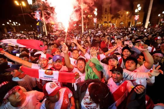 15일 페루 시민들이 2018 러시아 월드컵 본선으로 가는 마지막 32번째 티켓이 확정되자 환화하고 있다. [EPA=연합뉴스]