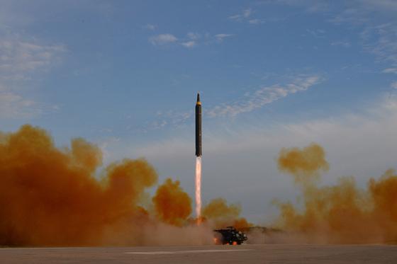 자난 9월 북한 조선중앙통신이 공개한 중장거리탄도미사일(IRBM)인 화성-12형 발사 장면. [중앙포토]
