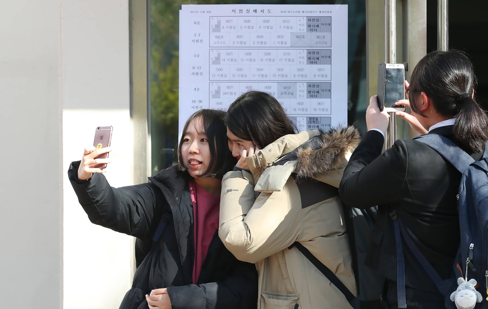 수능예비소집일인 15일 시험장인 서울 정동 이화여고에서 교실을 확인한 수험생들이 사진을 찍고 있다. 우상조 기자