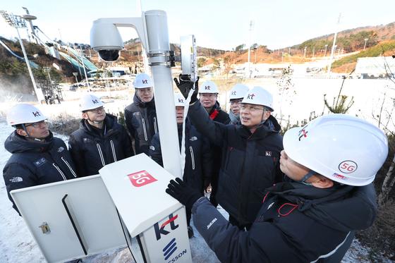 황창규 KT 회장(오른쪽 두번째)은 16일 내년 평창 동계올림픽에서 보여줄 5세대(5G) 이동통신기술을 직접 현장 점검했다. KT는 지난달 말 5G 시범망 구축을 모두 마무리했다. [사진 KT]