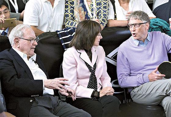 2017년 포브스 기준 세계 부자순위 3위 워런 버핏 버크셔해서웨이 회장(왼쪽)과 1위 빌 게이츠 마이크로소프트 설립자(오른쪽). [블룸버그]