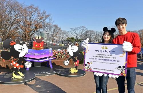 서울 중구 N서울타워에서 열린 '미키마우스' 생일 기념 사진 행사에서 모델들이 축하하고 있다.