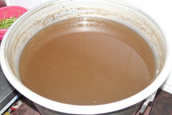 '홍탁아구찜'의 아구 수육·찜·전골·탕을 만들 때 두루 사용하는 밑국물은 무·대파·양파·솔치(청어 새끼)·된장·간장을 넣고 15분 정도 끓인 다음 다시마 넣고 15분을 더 끓여 체로 걸렀다.