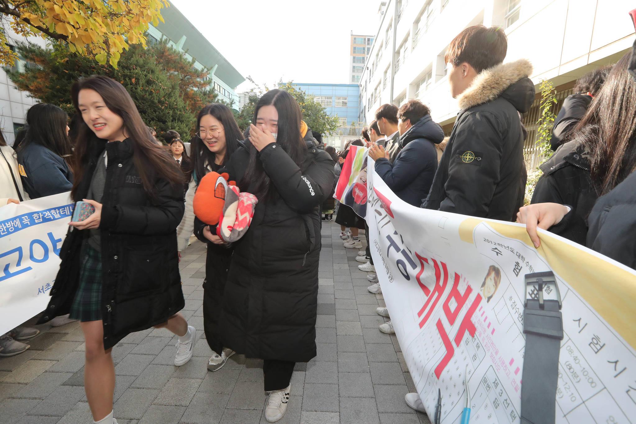 서울 서초고 여학생들이 길 양쪽에 도열한 후배들의 응원을 받고 있다. 신인섭 기자