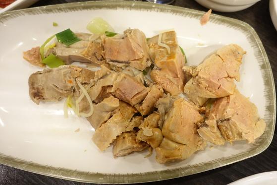 접시에 덜어 노느매기한 아귀 간 한 덩이. 접시 바닥을 덮을 만큼 크다. 보기에도 푸아그라와 큰 차이가 없다.