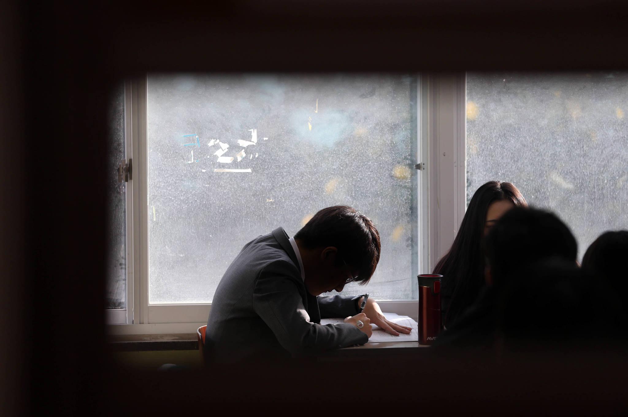 수험표를 받기 전 서울 서초고등학교 고3 교실에서 한 남학생이 책을 보고 있다. 신인섭 기자