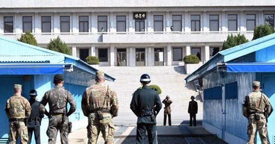 판문점 공동경비구역에서 유엔사 소속 JSA 경비대대와 북한군의 대치 장면. 이런 모습은 귀빈이나 관광객이 방문하는 날에만 볼 수 있다고 한다. [연합뉴스]