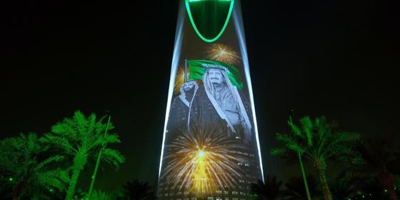 사우디아라비아 살만 왕과 아들 빈 살만 왕세자의 모습이 담긴 건물. 왕위 이양이 임박했다고 영국 매체가 보도했다. [사우디 문화부]