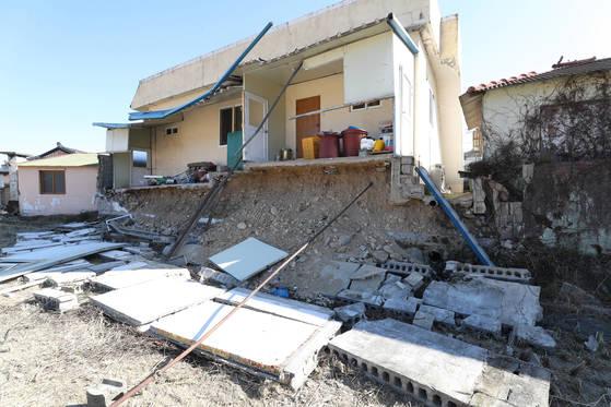 19일 경북 포항시 흥해읍 매산리의 지진 피해를 본 한 주택이 복구의 손길을 기다리며 위태로운 모습으로 있다. [연합뉴스]