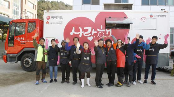 '사랑해 밥차' 자원봉사자들이 지진 피해를 입은 이재민들을 위해 18일 오전 경북 포항시 북구 환호동 환호여자중학교 운동장에 빨간 5t 트럭을 세우고 시민들을 응원하고 있다. 프리랜서 공정식