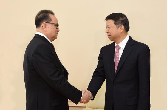 18일 중국 공산당 시진핑 총서기의 특사 쑹타오(오른쪽) 중앙대외연락부장이 북한 평양에서 이수용(왼쪽) 북한 노동당 중앙정치국위원 겸 부위원장을 만나 악수하고 있다. [사진=중국 중앙대외연락부 홈페이지]