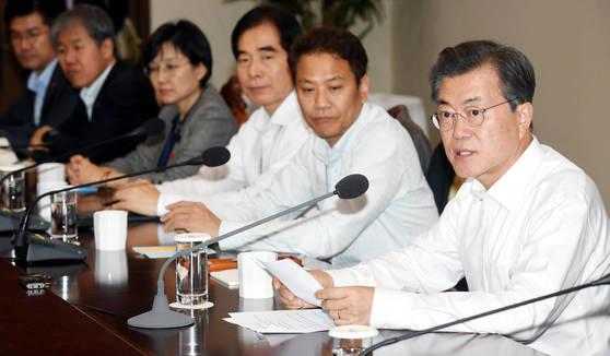 문재인 대통령이 20일 오후 청와대 여민관에서 열린 수석보좌관회의에서 모두 발언을 하고 있다. [청와대 사진기자단]