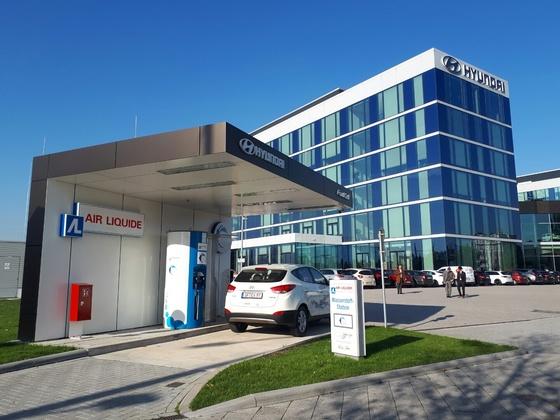 독일의 수소 충전소는 안전성만 갖추면 도심에도 건설할 수 있다. 현대자동차 독일법인 앞마당에도 에어 리퀴드가 세운 수소 충전소가 있다. 하루 평균 10대의 수소차가 이곳에서 연료를 채운다. [김도년 기자]