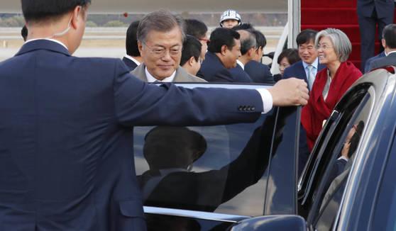 동아시아 3개국 순방을 마치고 15일 서울공항에 도착한 문재인대통령이 포항 지진 대책 마련을 위한 긴급 수석.보좌관 회의를 주재하기 위해 급히 차량에 오르고 있다. [청와대사진기자단]