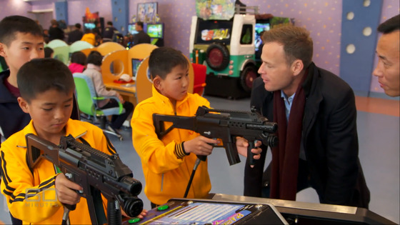 북한 어린이가 원산 송도원 국제소년단 야영소에서 유격전 게임을 하며 호주 채널9 프로그램 60분과 인터뷰하고 있다.[유트브]