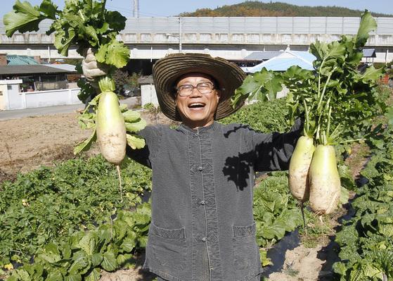 성공적인 귀촌 귀농을 위해서는 철저한 준비가 필요하다. 지난해 9월 퇴임 직후 고향으로 귀농한 이동필 전 농림축산식품부 장관.