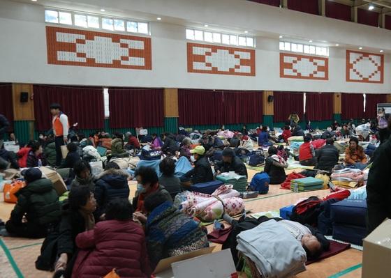 20일 경북 포항시 북구 흥해남산초에 마련된 대피소에서 이재민들이 머무르고 있다. 포항=김정석기자
