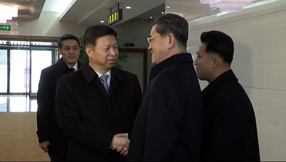 시진핑 중국 국가주석의 특사 자격으로 북한을 방문한 쑹타오 중국 공산당 대외연락부 부장(왼쪽 두번째)이 17일 평양 공항에 도착해 북한 관계자들의 영접을 받는 모습이 이날 조선중앙TV에 방영됐다. [연합뉴스]