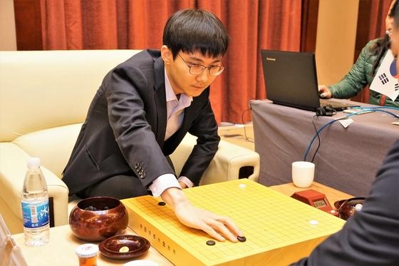 중국의 셰커 3단을 꺾고 몽백합배 결승에 오른 박정환 9단 [사진 한국기원]
