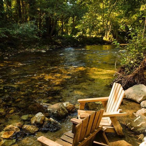 캘리포니아 중부해안 파이퍼 빅서 주립공원 안에는 유서 깊은 숙소 '빅서 리버 인'이 있다. 빅서강물이 잔잔히 흐르고 삼나무 숲이 우거진 곳에 숙소가 있다. [사진 빅서 리버 인 인스타그램]