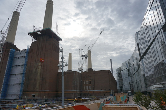 지난 4일(현지시간) 영국 런던 템즈강변에 위치한 배터시 화력발전소 공사현장. 발전소 벽돌 외벽과 굴뚝 네개를 그대로 살린 채 세계 시총 1위 기업 애플의 영국 신사옥으로 탈바꿈된다. 오른쪽은 1차로 완공돼 입주가 시작된 고급아파트. 런던=강혜란 기자