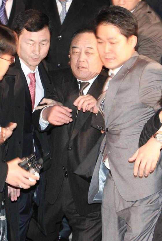 """국세행정 개혁 TF가 2008년 태광실업에 대한 세무조사에 대해 """"중대한 조사권 남용이 있었다""""고 밝혔다. 2008년 조세포탈과 뇌물 공여 혐의로 구속된 박연차 전 태광실업 회장 ( 오른쪽에서 둘째 ) 이 서울구치소로 가기 위해 서울 대검찰청을 나서고 있다.[중앙포토]"""