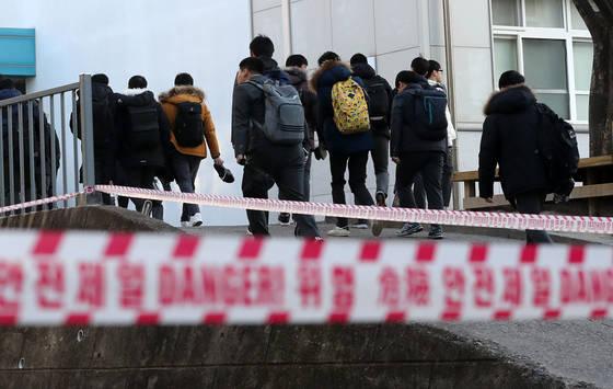 20일 오전 경북 포항시 북구 포항고등학교로 학생들이 등교하고 있다. [연합뉴스]