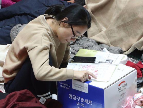 16일 경북 포항시 흥해읍 흥해실내체육관에서 포항여고 2학년 민지원학생이 공부를 하고 있다.송봉근 기자