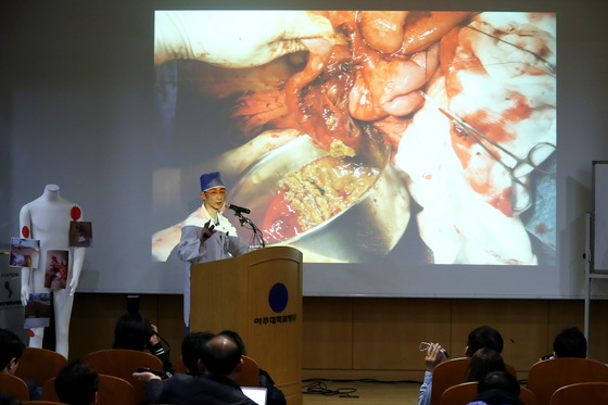 수술경과에 대해 브리핑 하고 있는 이 교수. 장진영 기자