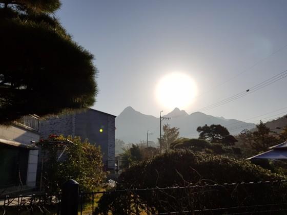 서울에서 보는 쟁반 같은 둥근달.북한산 위로 달이 솟았다.