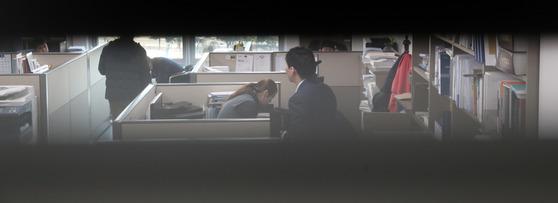 검찰이 '국정원 특활비 수수 의혹'관련해 20일 최경환 의원 사무실을 압수수색했다. 수사관들이 사무실에서 서류등을 살펴보고 있다. 강정현 기자