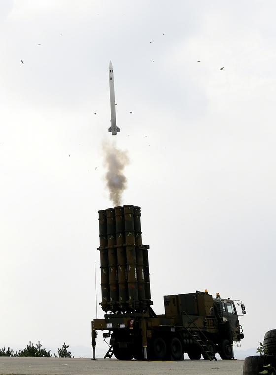 지난 2일 충남 보령의 대천사격장에서 열린 '2017년 방공유도탄 사격대회'에서 지대공 미사일 천궁의 발사 장면. [사진 공군]