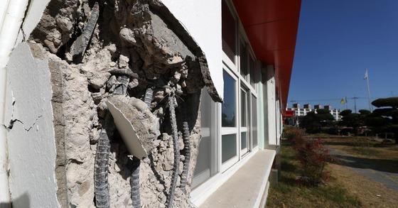 【포항=뉴시스】홍효식 기자 = 경북 포항시에 5.4 규모의 지진이 발생한 가운데 16일 포항 북구 흥해읍 흥해초등학교 건물 벽 일부가 부서져있다. 2017.11.16. yesphoto@newsis.com