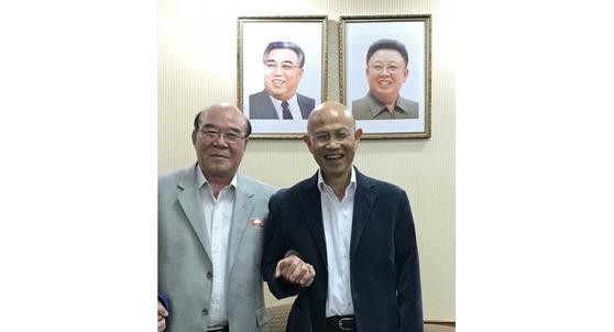 태국 영자지 '더 네이션'과 인터뷰한 문성모 주 태국 북한 대사(왼쪽).[더 네이션 홈페이지 캡쳐]